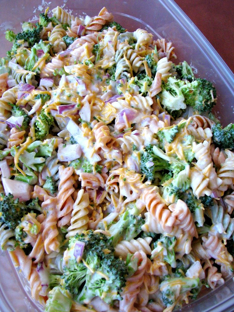 Rotini pasta, fresh broccoli florets, diced red onion, and a sweet mayonnaise dressing, this Broccoli Cheddar Pasta Salad is perfect for summertime cookouts, family get together's, or anytime.